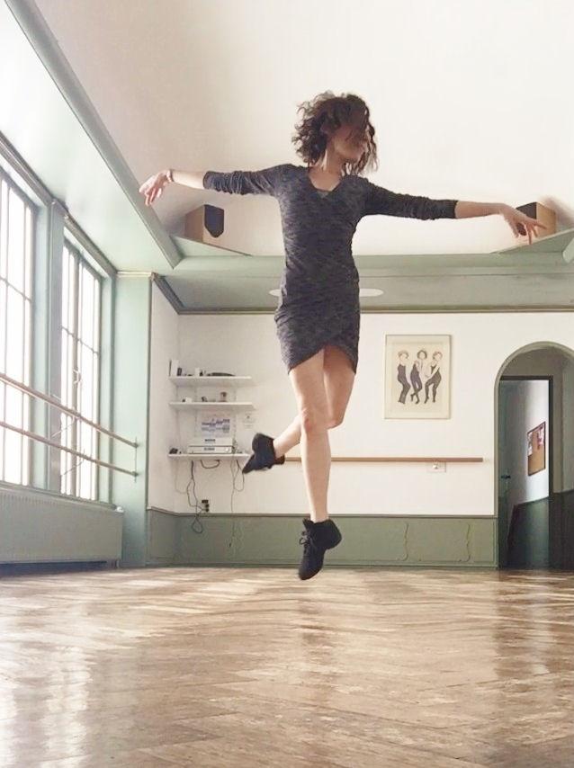 Mirella Simoncini zwevend door de lucht in haar Haagse studio op de Toussaintkade.