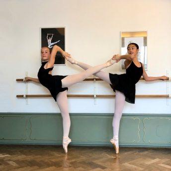 Twee ballet studenten aan de barre