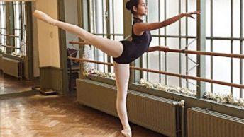 Danseres arabesque aan de barre